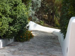 V.-Gabbiano-Ponza-entrance-walkway-through-the-garden