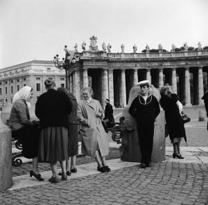 Piazza San Pietro in Vaticano, nel 1955.  (Vecchio/Three Lions/Getty Images)