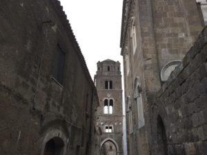 Il campanile in fondo al vicolo