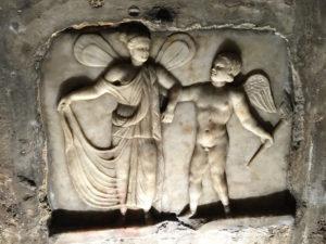 Piccola scultura marmorea della parete di sin nella sala del Mitreo