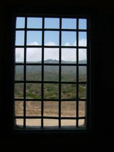 Vista_da_una_grata_del_carcere_dell'Asinara