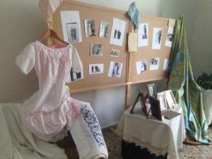 Foto affisse su pannelli con vestito e drappo