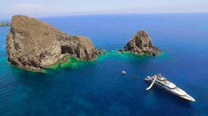 Megayacht a Palmarola