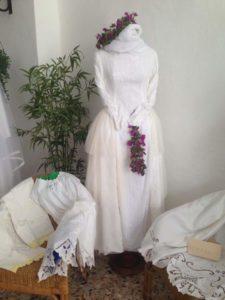 Vestito da sposa con bouganvillee