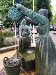 Cancale. Gruppo bronzeo Le lavatrici di ostriche.2