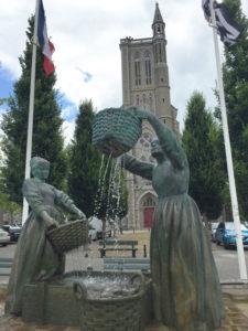 Cancale. Gruppo bronzeo nella piazza di Calcale alta