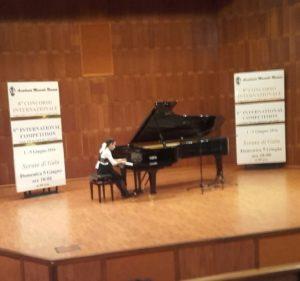 Russa Bened al piano