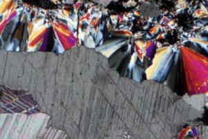 aggregati-raggiati-di-prehnite-colori-vivaci-e-cristalli-di-calcite-in-un-basalto-alterato