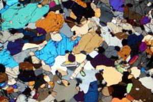 cristalli-di-cr-omfacite-alti-colori-di-interferenza-e-quarzo-grigio-i-ordine-in-una-eclogite-di-silberbach-bavaria-germania