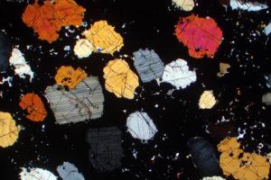 cristalli-di-pirosseno-e-magnetite-i-cristalli-ner-in-una-roccia-cumulitica-del-%22-bushveld-igneous-complex%22-south-africa
