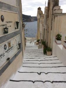 cimitero-scalette-in-discesa