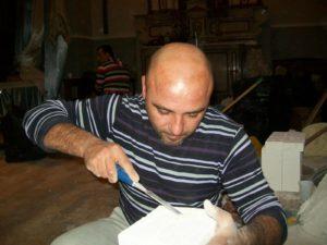 Massimo Vitiello concentrato sul suo lavoro.